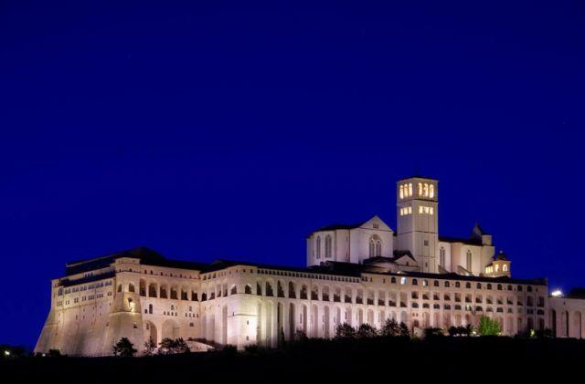 Foto panoramica di Assisi di notte