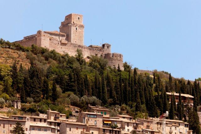 La fortezza imperiale Rocca Maggiore in cima alla collina sopra la città di Assisi