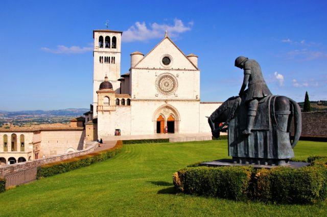 Basilica di San Francesco e statua ad Assisi
