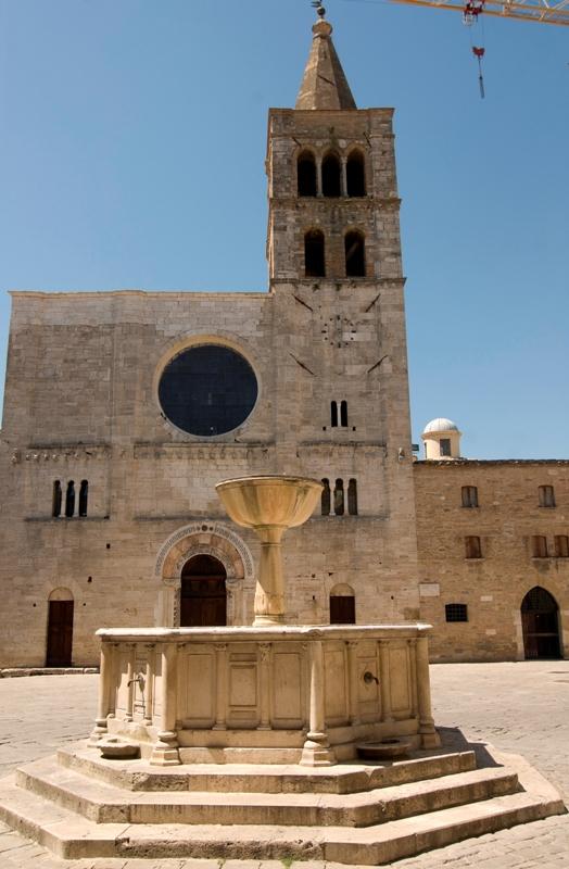 Chiesa e fontana - Bevagna
