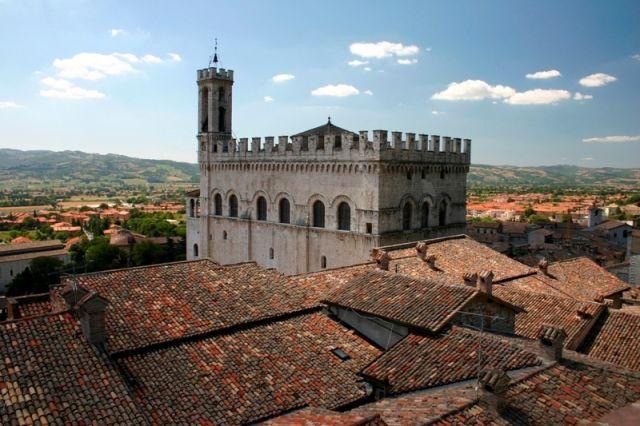 Un vecchio castello e vista tetti di Gubbio - Movingitalia.it