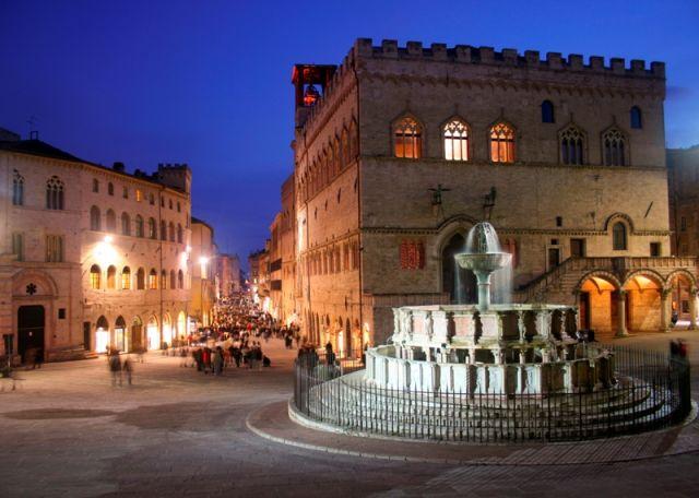 Passeggiata in piazza - Perugia - Movingitalia.it