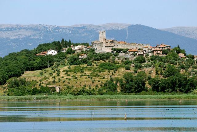 Lago di Trasimeno e città di Perugia