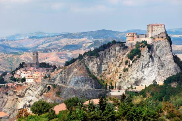 Veduta della Fortezza di San Leo e la città delle Marche - Movingitalia.it