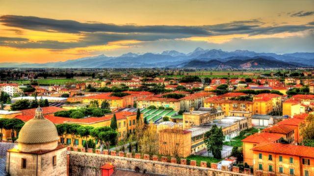 Foto panoramica del cielo e della città a Pisa