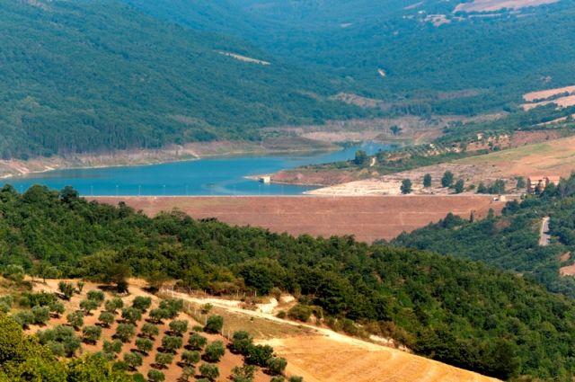 Foto panoramica della vallata e del Lago piccolo di Monticchio in Basilicata