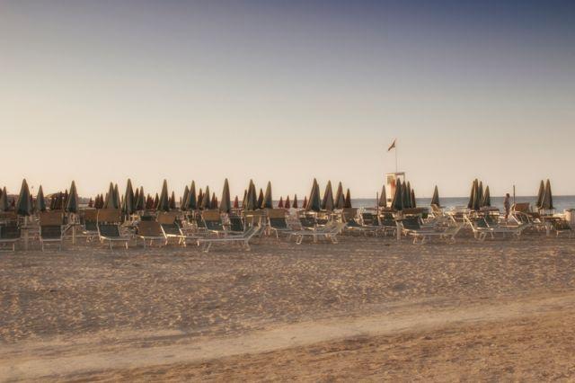 Spiaggia e sullo sfondo ombrelloni a Cervia in Emilia Romagna - Movingitalia.it