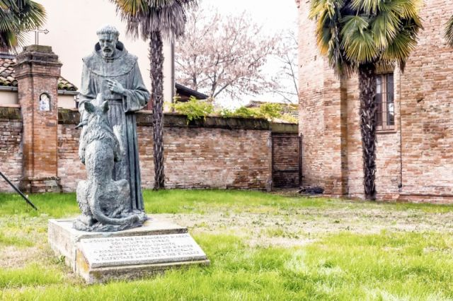 Statua di San Francesco e Lupo a Cotignola a Ravenna - Movingitalia.it
