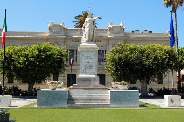 Monumento nella Piazza Libertà Reggio Calabria - Movingitalia.it