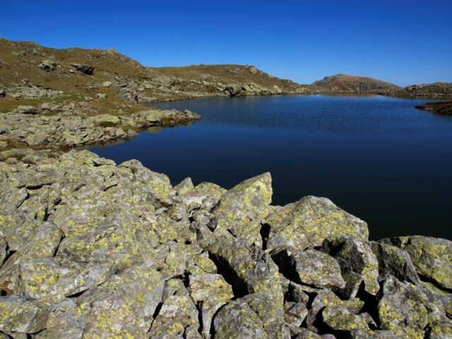 Rocce e lago di Viana in Piemonte - Movingitalia.it