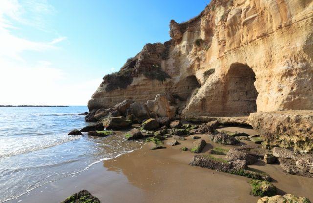 Grotte nella spiaggia di Anzio nel Lazio