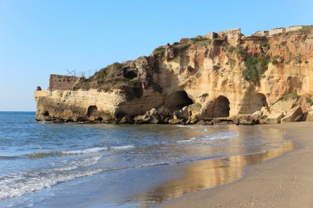 Spiaggia e grotte con resti di ville romane ad Anzio nel Lazio