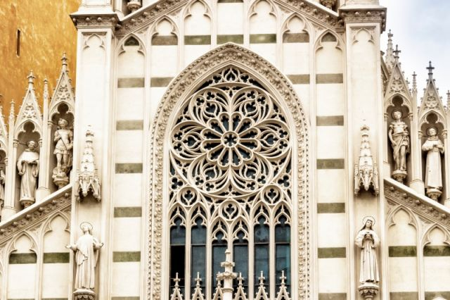 Facciata della Chiesa cattolica a Roma - Movingitalia.it