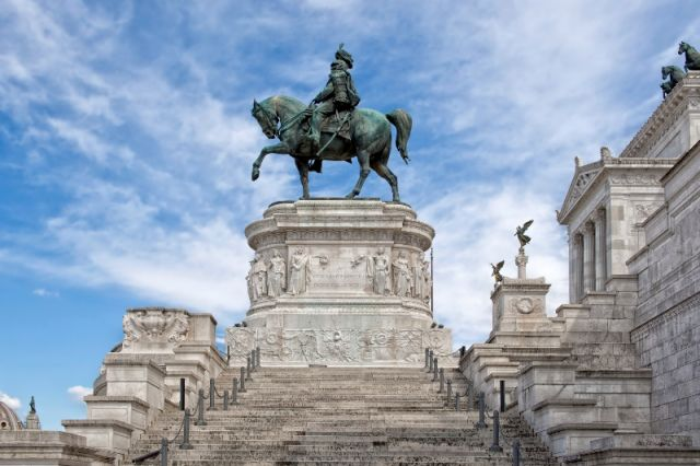 Statua Vittorio Emanuele II a Roma - Movingitalia.it