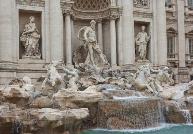 Statue e fontana di Trevi a Roma - Movingitalia.it