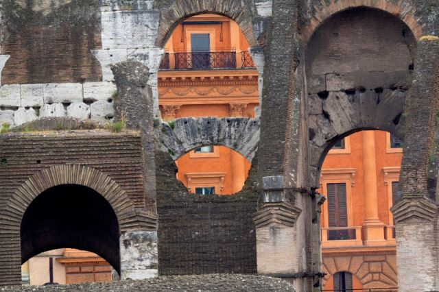 Interno del Colosseo e archi a Roma - Movingitalia.it