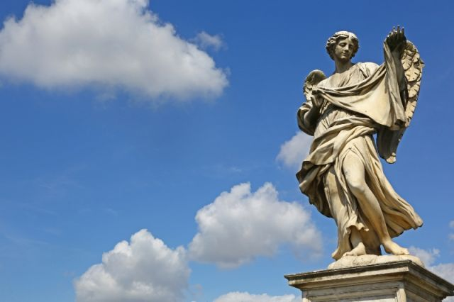 Foto panoramica del cielo e statua di Sant'Angelo a Roma - Movingitalia.it