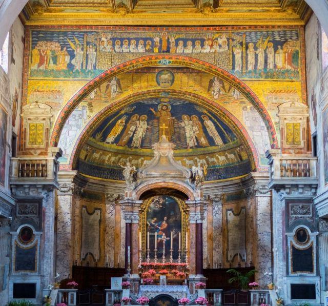Interno della Chiesa di Roma e dipinti - Movingitalia.it