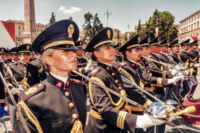 Marcia della polizia statale sia uomini che donne a Roma - Movingitalia.it