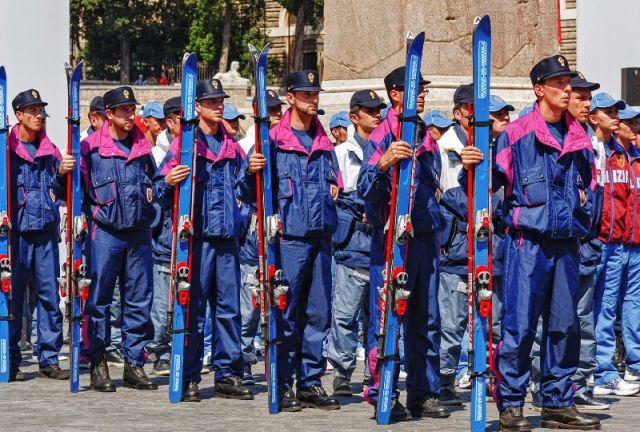 Polizia alpina nella piazza del Popolo a Roma - Movingitalia.it