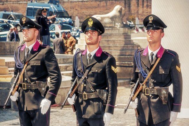 Uniformi della polizia storica nella Piazza del Popolo a Roma - Movingitalia.it