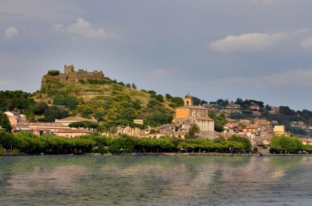Trevignano Romano con castello in rovina Orsini in cima - Movingitalia.it