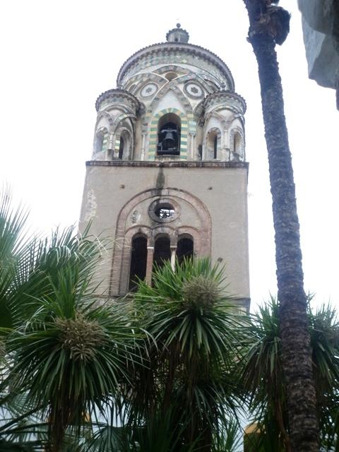 Campanile e chiesa nella città di Amalfi - Movingitalia.it