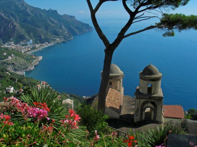Foto panoramica fiori ad Amalfi - Movingitalia.it