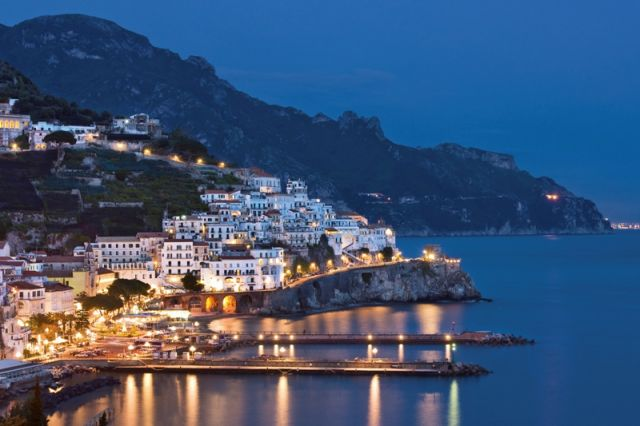 Porto notturno ad Amalfi in Campania - Movingitalia.it