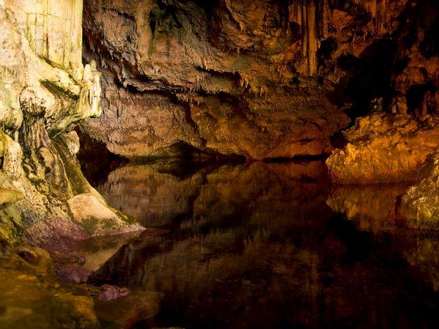 Dentro la caverna ad Alghero - Movingitalia.it