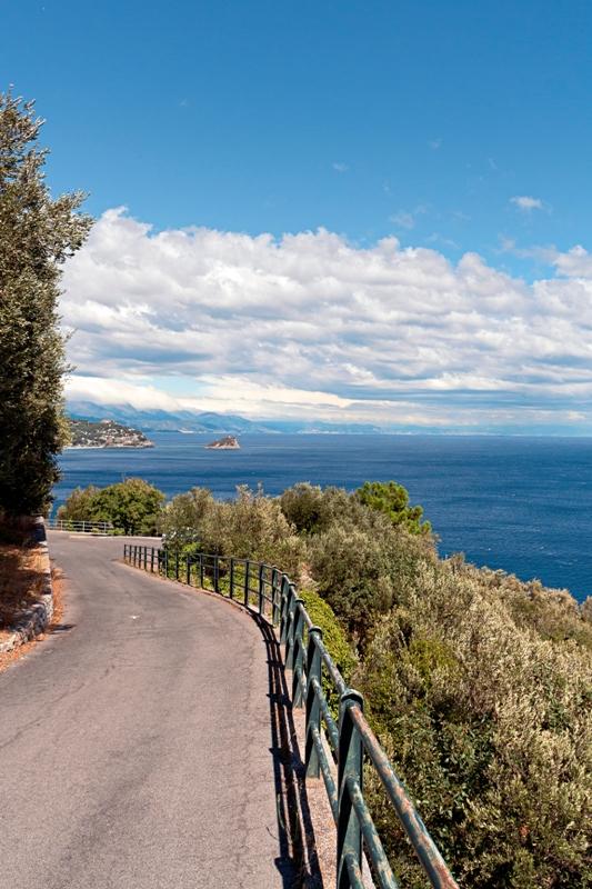 Strada e vista dell'isola di Bergeggi a Savona - Movingitalia.it