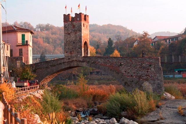 Ponte particolare con Torre del Millesimo, in Liguria