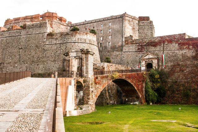 Fortezza Del Priamar, Savona, con una struttura che si affaccia sul centro della città al porto, sulla collina Priamo - Movingitalia.it