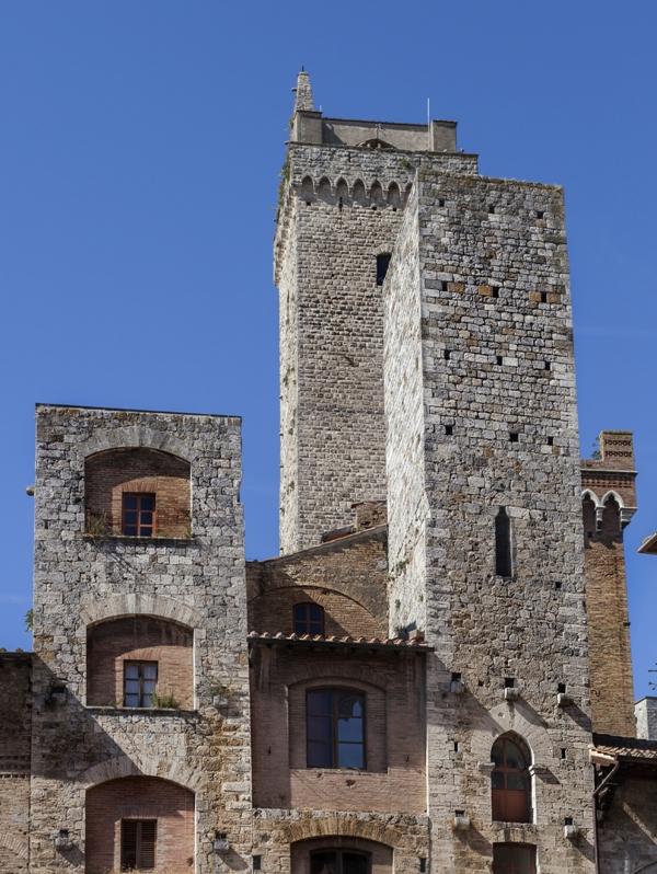 Piazza della Cisterna è, con la piazza del Duomo. Linee verticali vecchi in un borgo medievale in Italia - Toscana
