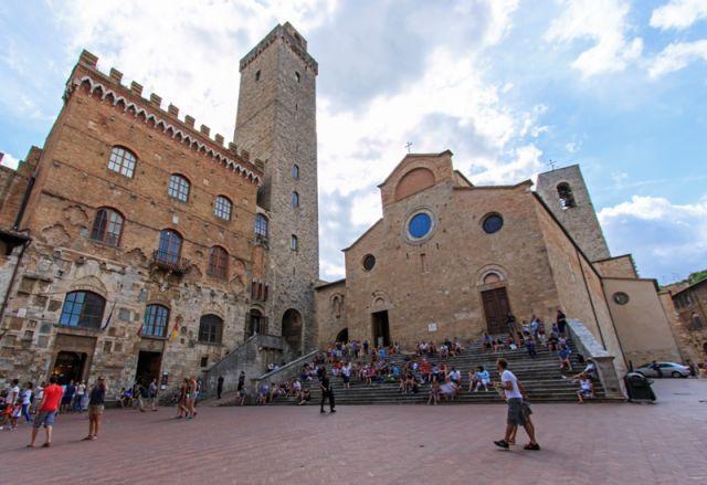 Piazza principale di San Gimignano in Toscana affollata da molti turisti - San Gimignano - Movingitalia.it