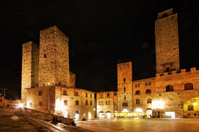 Vista notturna della città medievale - San Gimignano