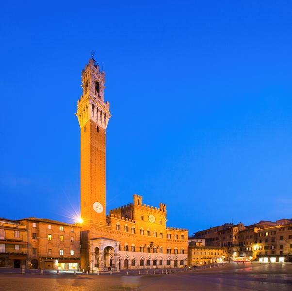 Piazza del Campo con il Palazzo Pubblico di notte, Siena - Movingitalia.it