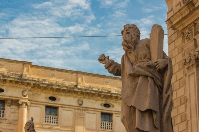 Statua e chiesa di San Sebastiano in Sicilia - Movingitalia.it