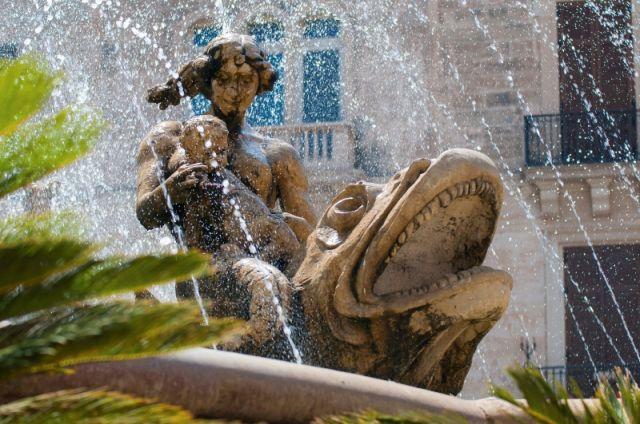 Statua e fontana a Siracusa - Movingitalia.it