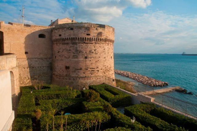 Vista sul Castello Aragonese e sul mare Ionio in città Taranto - Movingitalia.it