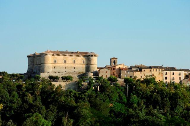 vista della Rocca di Alviano castello puro rinascimentale costruita nel 1495 da Bartolomeo d'Alviano - Movingitalia.it