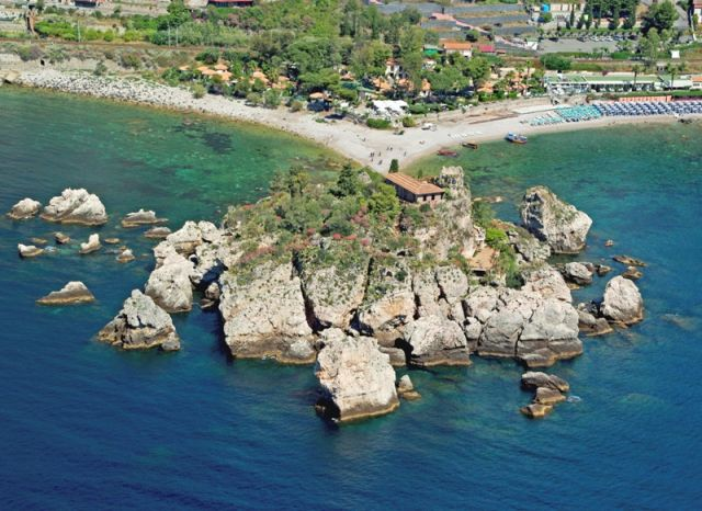 Isola bella vista dall'alto in Sicilia - Movingitalia.it