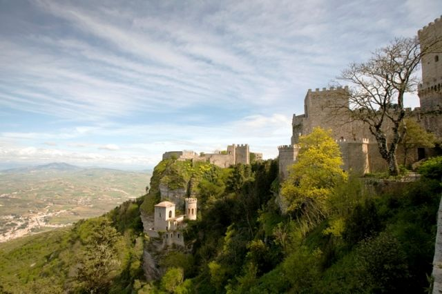 vista panoramica dell'antica fortezza della città di Erice, Sicilia - Movingitalia.it