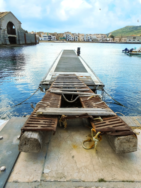 Molo nella città di Favignana in Sicilia - Movingitalia.it