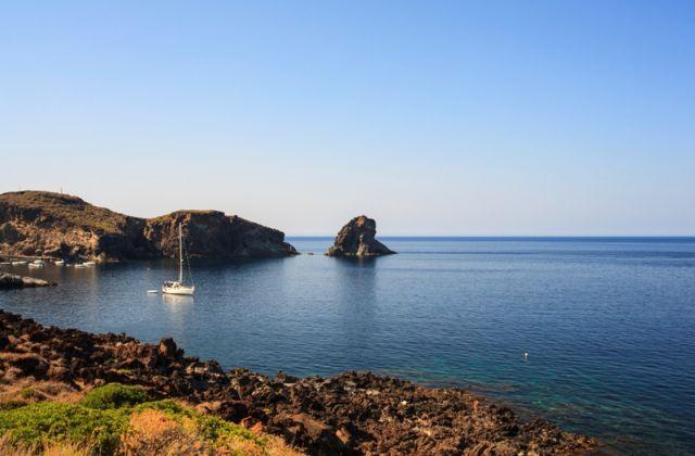 Foto panoramica Faraglioni nell'Isola di Pantelleria in Sicilia - Movingitalia.it