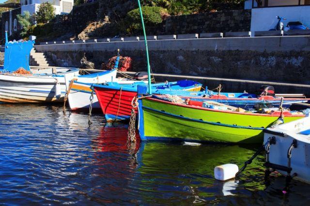 Piccolo porto nell'Isola di Pantelleria - Movingitalia.it
