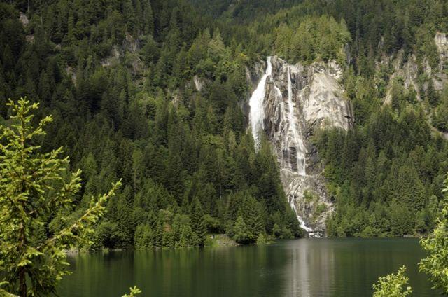 Una delle tante cascate che si possono ammirare in Val Daone, nel Trentino orientale - Movingitalia.it