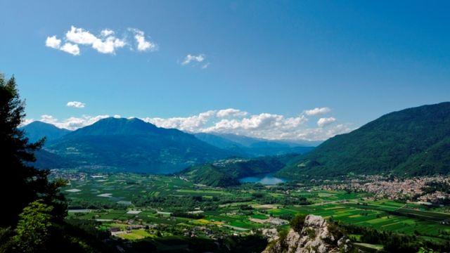 Foto panoramica della città e del lago di Levico
