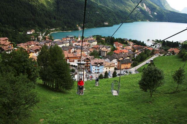 Sullo sfondo lago di Molveno e città di Trentino - Movingitalia.it