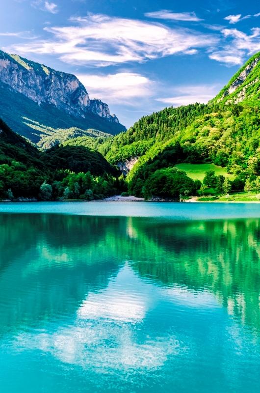 Foto panoramica in una giornata di sole della città del Trentino e lago di Tenno